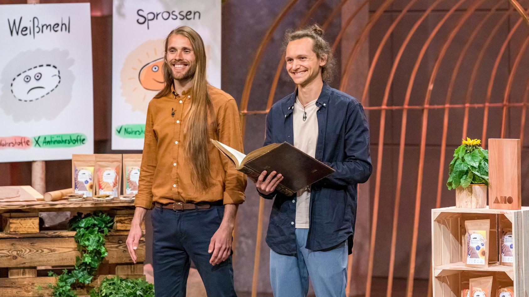 """Alexander Wies (l.) und Jannis Birth aus Bad Münder präsentieren mit _AHO BIO"""" rohvegane Cracker aus Urgetreidesprossen."""