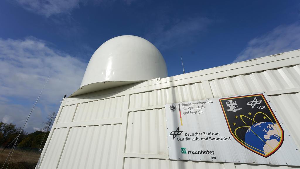 12.10.2020, Rheinland-Pfalz, Koblenz: Einer der zwei mit Radarantennen ausgestatteten Container des Weltraumüberwachungsradars am Rand des Truppenübungsplatzes Schmidtenhöhe. Die Kollisionsgefahr für funktionierende Satelliten. mit Weltraumschrott wä