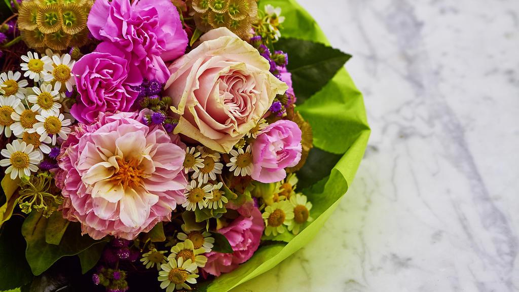 Dank Haarspray bleiben Blumen länger frisch.