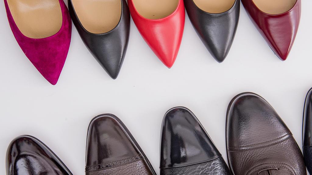Schuhe erst polieren und dann mit Haarspray einsprühen.