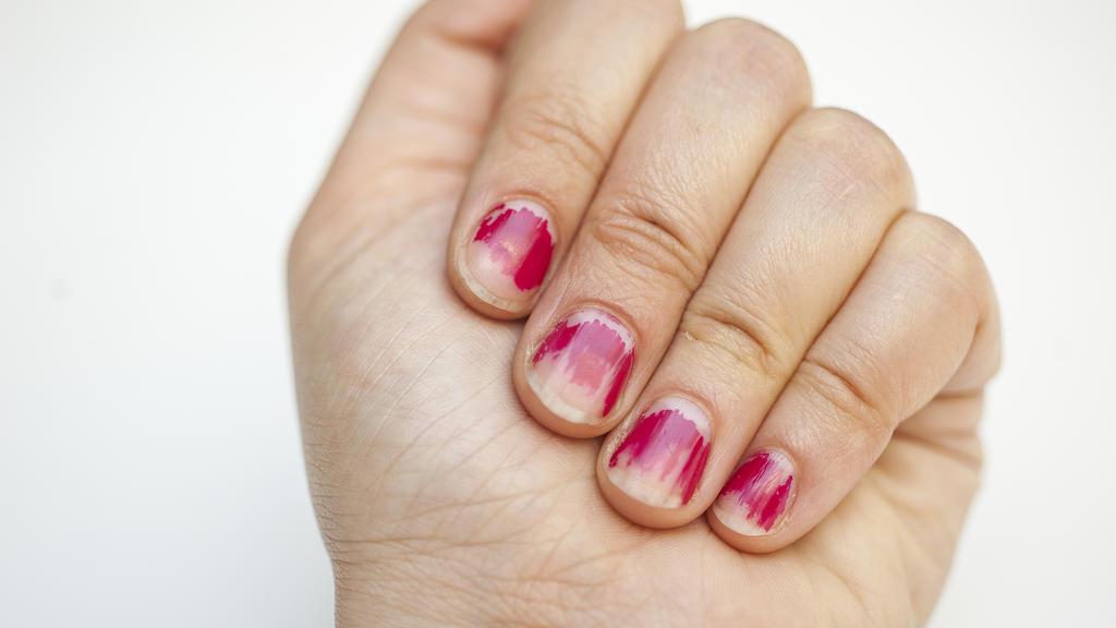 Nagellack kann auch mit Haarspray entfernt werden.