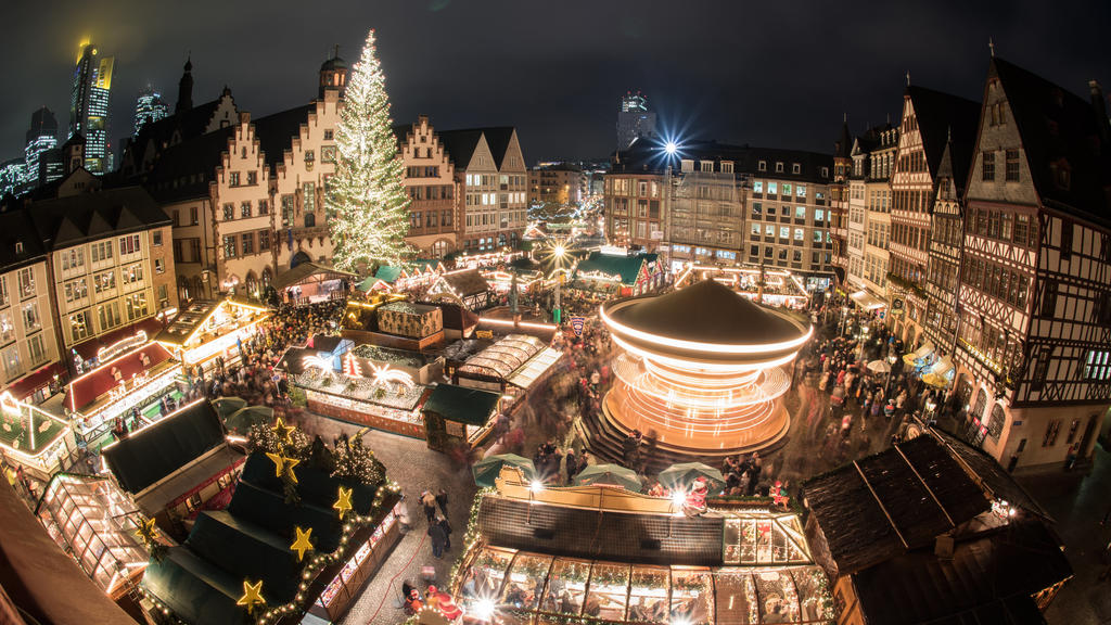 ARCHIV - 25.11.2015, Hessen, Frankfurt/Main: Im festlichen Lichterglanz erstrahlt der Weihnachtsmarkt.   (zu dpa «Advent in der Corona-Krise: Hessische Städte planen Weihnachtsmärkte») Foto: Boris Roessler/dpa +++ dpa-Bildfunk +++
