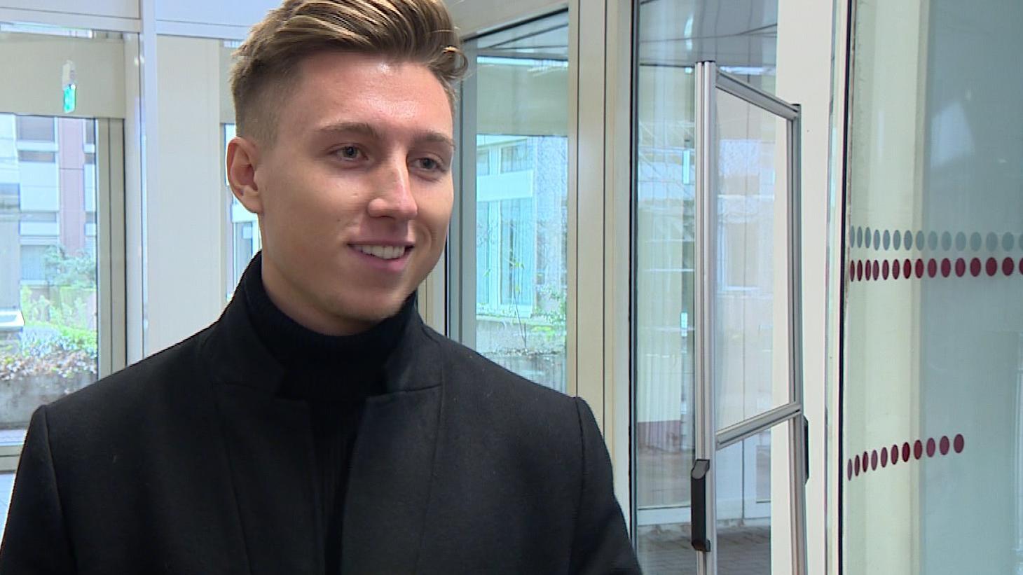 Maximilian Schuster alias iCrimax verdient mit Youtube-Videos Millionen - und zeigt sich gerne mit Luxusautos.