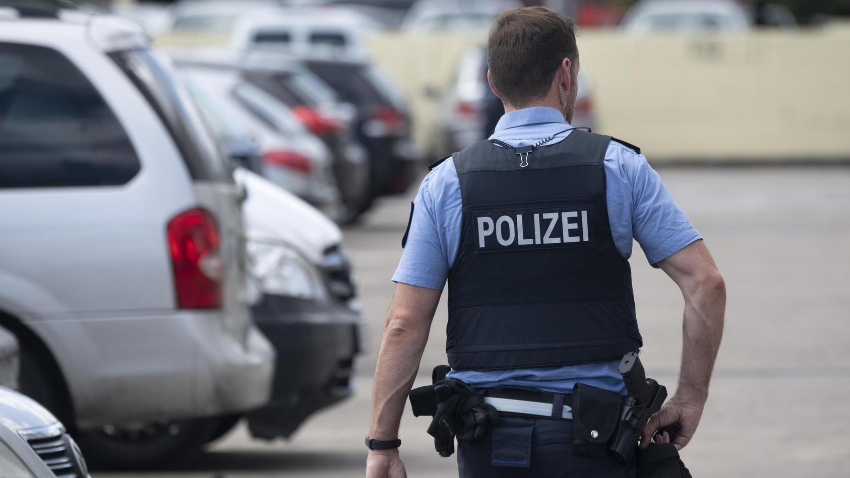 Ein hessischer Polizist im Dienst.