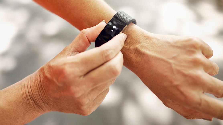 Fitnesstracker überwachen schon fast wie ein Personal Trainer Ihre Sporteinheiten.
