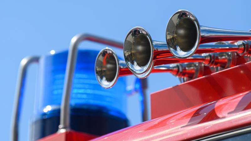 Blaulicht auf dem Dach eines Einsatzfahrzeugs der Feuerwehr. Foto: Robert Michael/dpa-Zentralbild/ZB/Symbol