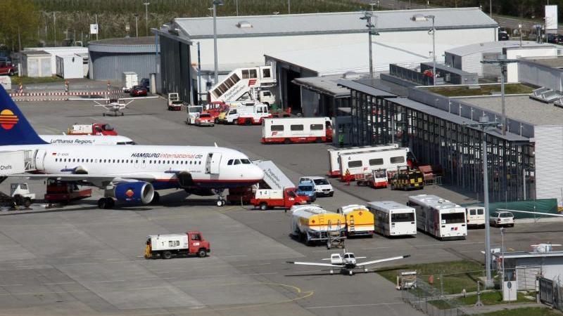 Passagiermaschinen stehe auf dem Vorfeld des Flughafens in Friedrichshafen am Bodensee. Foto: picture alliance / dpa/Archiv