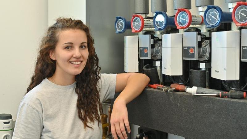 Theresa Tauchert, Auszubildende zur Anlagenmechanikerin Sanitär, Heizung und Klimatechnik im 3. Lehrjahr, steht in einem Haus im Wirtschaftsraum. Foto: Patrick Pleul/dpa-Zentralbild/dpa/Aktuell
