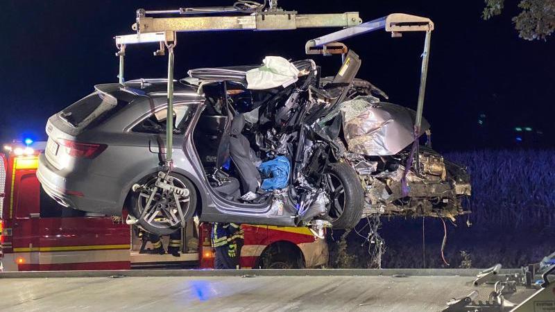 Ein schwer beschädigtes Auto wird auf einen Abschleppwagen gehoben. Foto: -/Blaulichtpresse-LOS/dpa/Aktuell