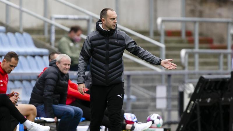 Kiels Trainer Ole Werner steht an der Seitenlinie. Foto: Frank Molter/dpa/Archiv