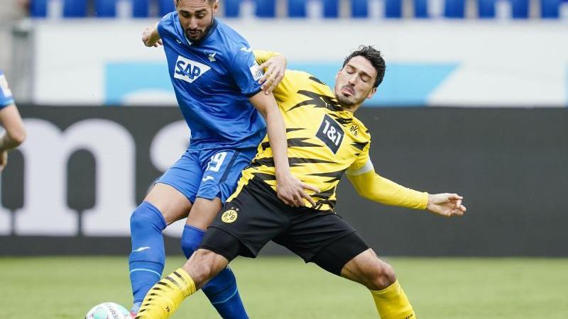 Mats Hummels (r) kämpft um den Ball. Foto: Uwe Anspach/dpa/Archivbild