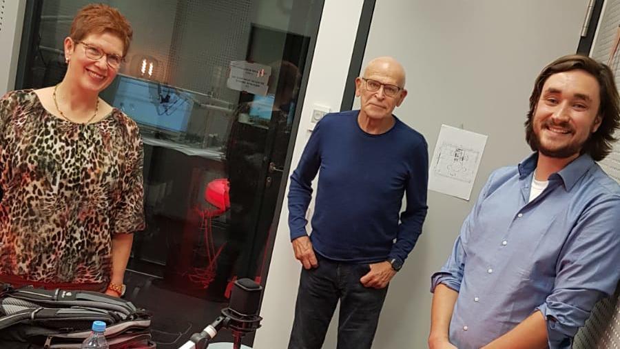 """Team Wallraff um Namensgeber Günter Wallraff (m.) trifft sich zu den Aufnahmen für den Podcast """"Team Wallraff - Der Podcast""""."""