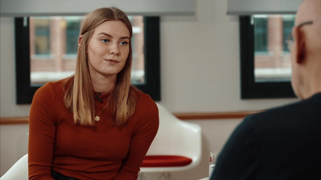 RTL-Reporterin Luisa im Gespräch mit Günter Wallraff