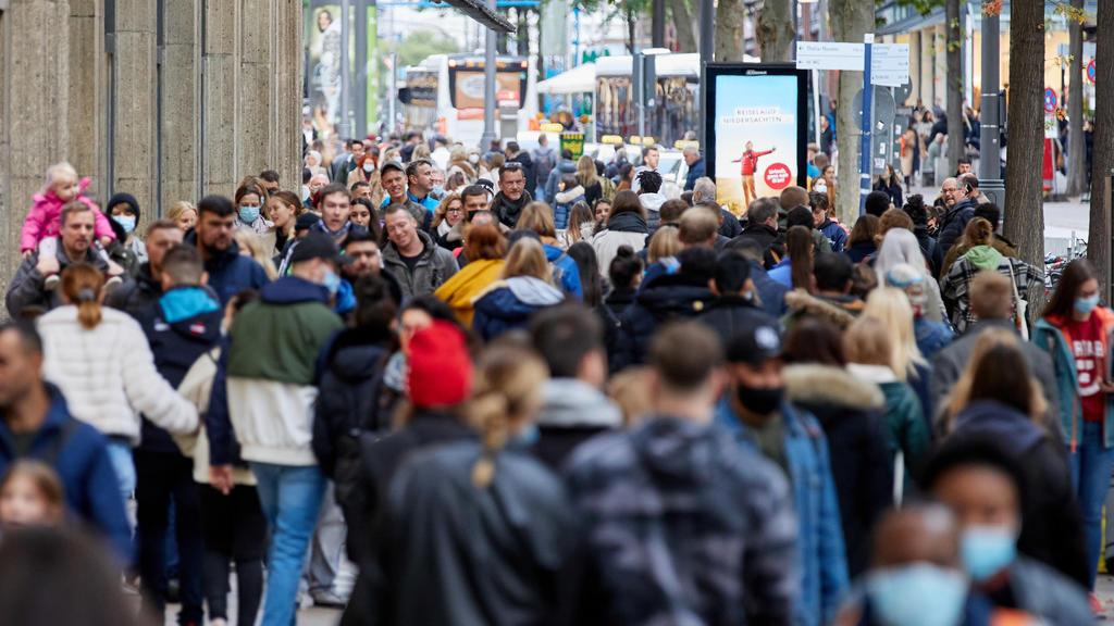 17.10.2020, Hamburg: Passanten mit und ohne Maske gehen am Samstag über die Mönckebergstraße, eine der Haupteinkaufsstraßen der Stadt. Foto: Georg Wendt/dpa - ACHTUNG: Verwendung nur im vollen Format +++ dpa-Bildfunk +++