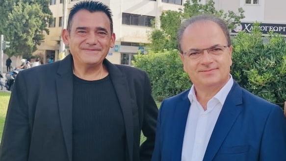 """Der Bürgermeister von Rethymnon, Giorgos Marinakis, dankt Karl Röske für das Schutzprojekt """"alte Olivenbäume"""")"""