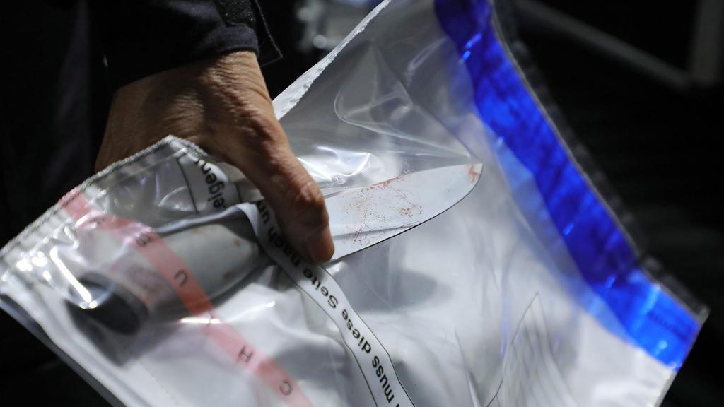 ARCHIV - 05.10.2020, Sachsen, Dresden: Ein Kriminaltechniker stellt ein Messer am Tatort sicher. Die tödliche Messerattacke auf zwei Touristen am 4. Oktober hat möglicherweise einen extremistischen Hintergrund. Die Generalstaatsanwaltschaft Dresden h