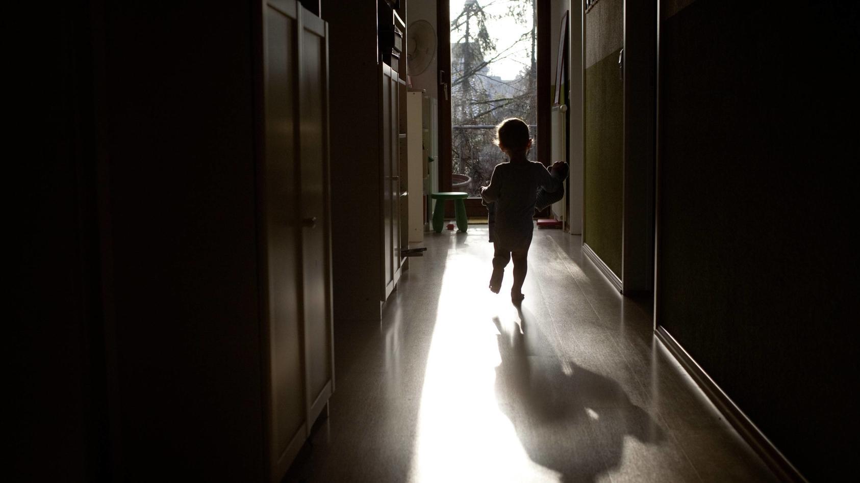 Tim aus Querfurt (Sachsen-Anhalt) war erst zwei Jahre alt. Was ihm 2020 angetan worden ist, hat RTL-Autorin Christina Warnat nachhaltig erschüttert. Tims Schicksal ist eines von vielen. Es passiert jeden Tag hinter verschlossenen Türen: Missbrauch, Schläge, Vernachlässigung.  (Foto: Symbolbild)