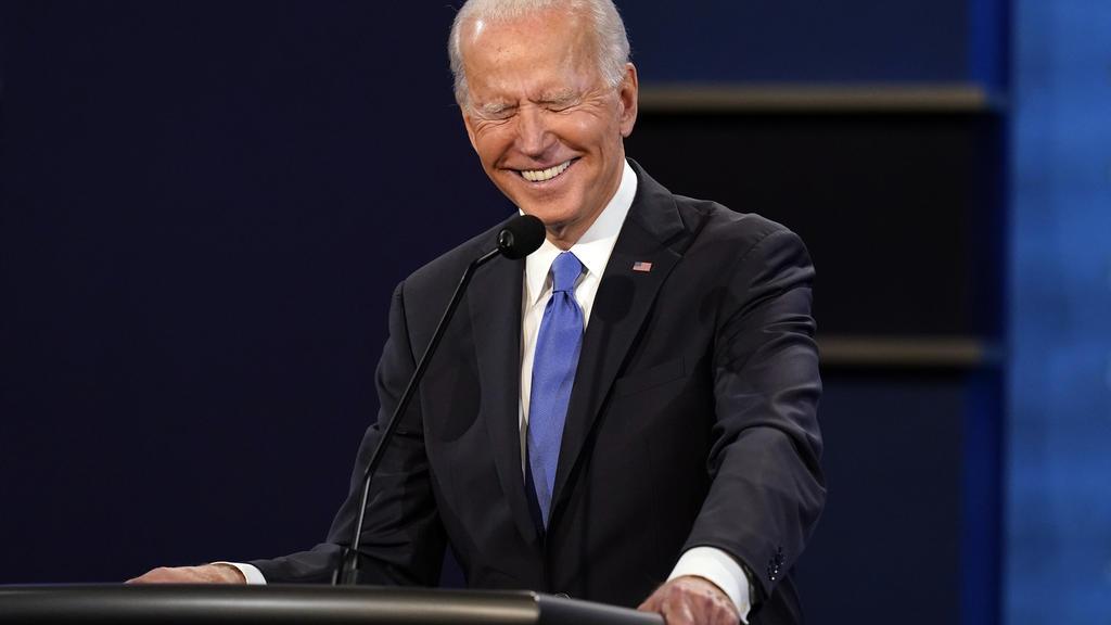 22.10.2020, USA, Nashville: Joe Biden, Präsidentschaftskandidat der Demokraten, lacht beim letzten TV-Duell in der Belmont University. Zwölf Tage vor der Wahl sind US-Präsident Trump und sein Herausforderer Biden zu ihrem zweiten und letzten TV-Duell