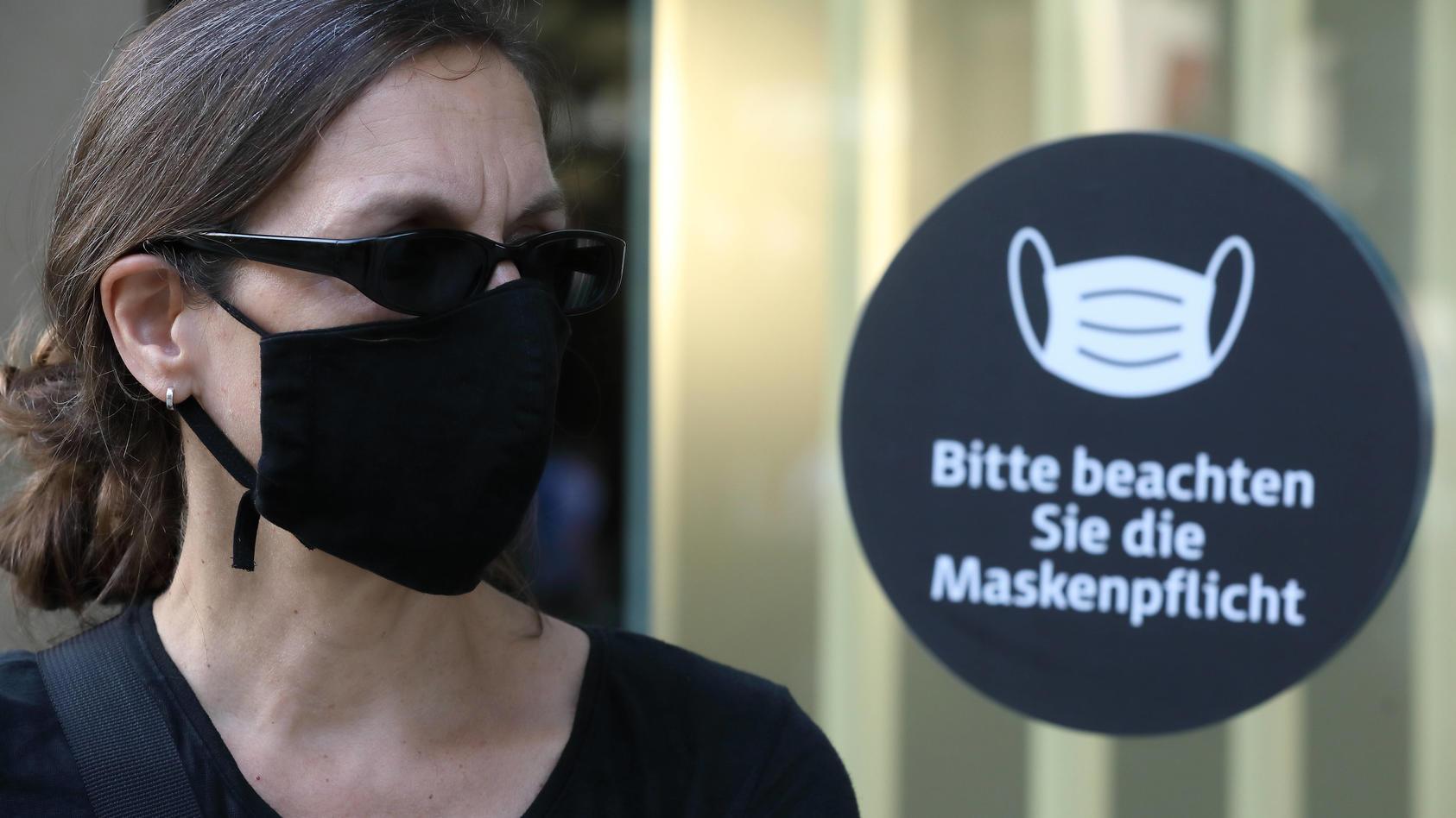 Maske tragen - das ist mittlerweile fast überall die Anweisung. Ob der Mundschutz etwas bringt, wird nun wieder heftig diskutiert.