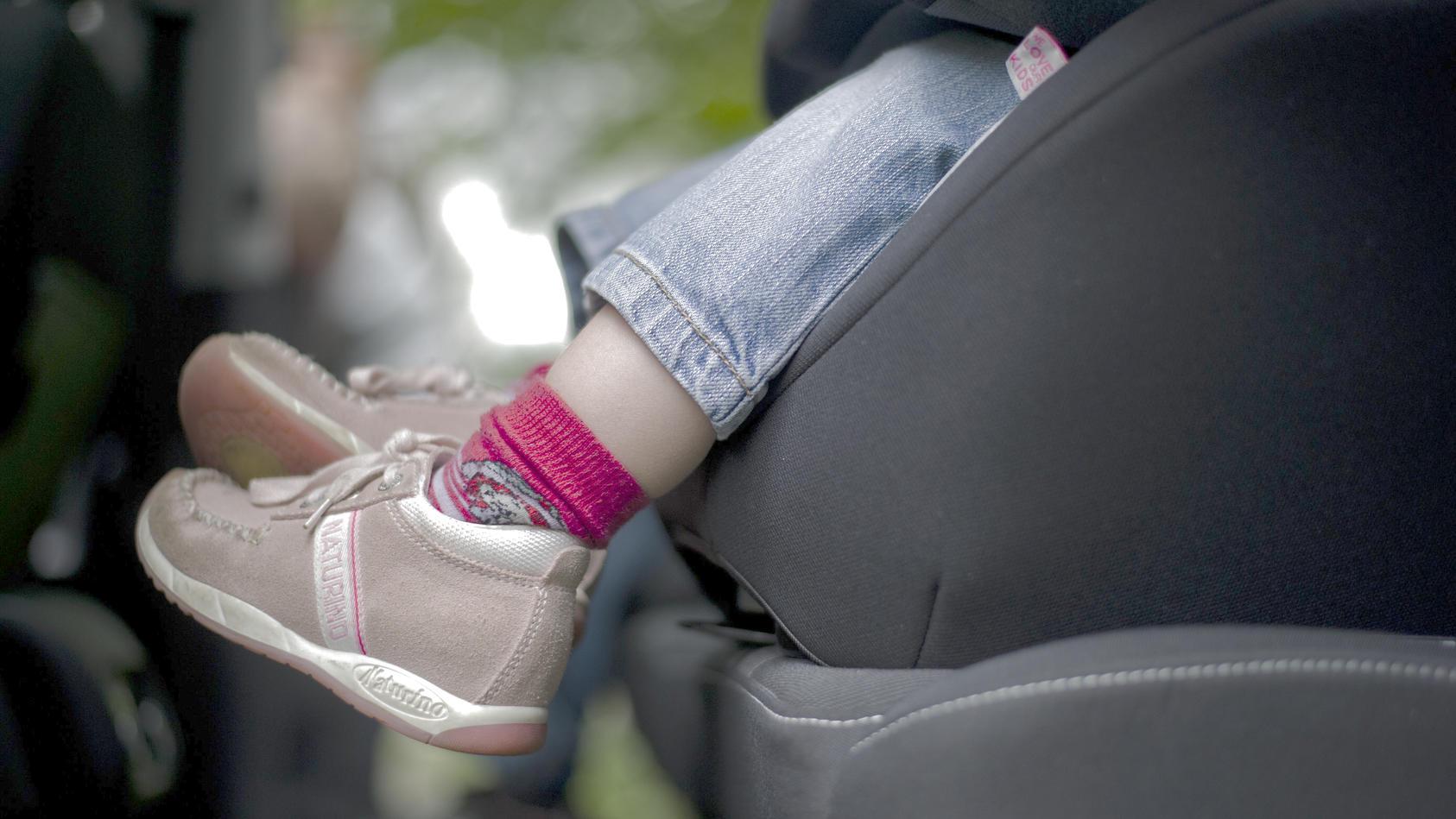 Männer liefern sich illegales Rennen - mit zweijährigem Kind auf der Rückbank (Symbolbild)