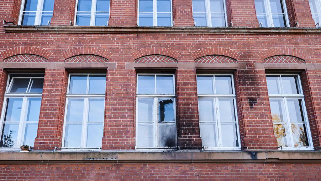 Eine zerbrochene Fensterscheibe und Rußspuren waren nach dem Anschlag am Gebäude des Robert Koch-Instituts in der General-Pape-Straße zu sehen.