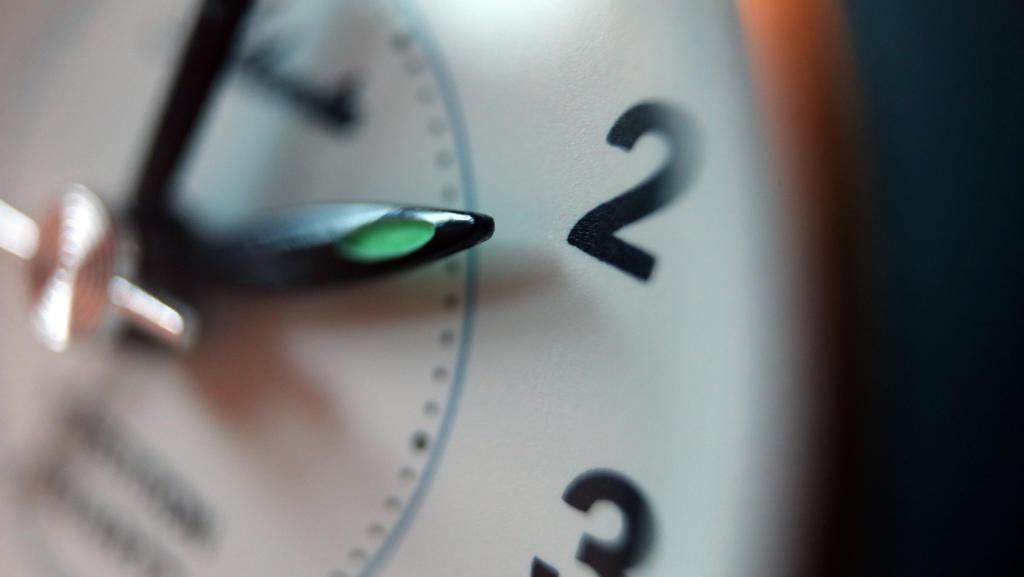 Der Zeiger eines Weckers steht auf zwei Uhr.