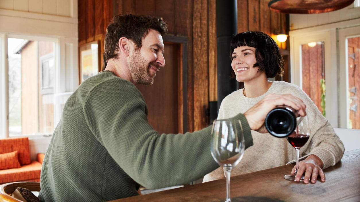 Haben Sie sich auch schon einmal gefragt, warum der Boden von Weinflaschen gewölbt ist?