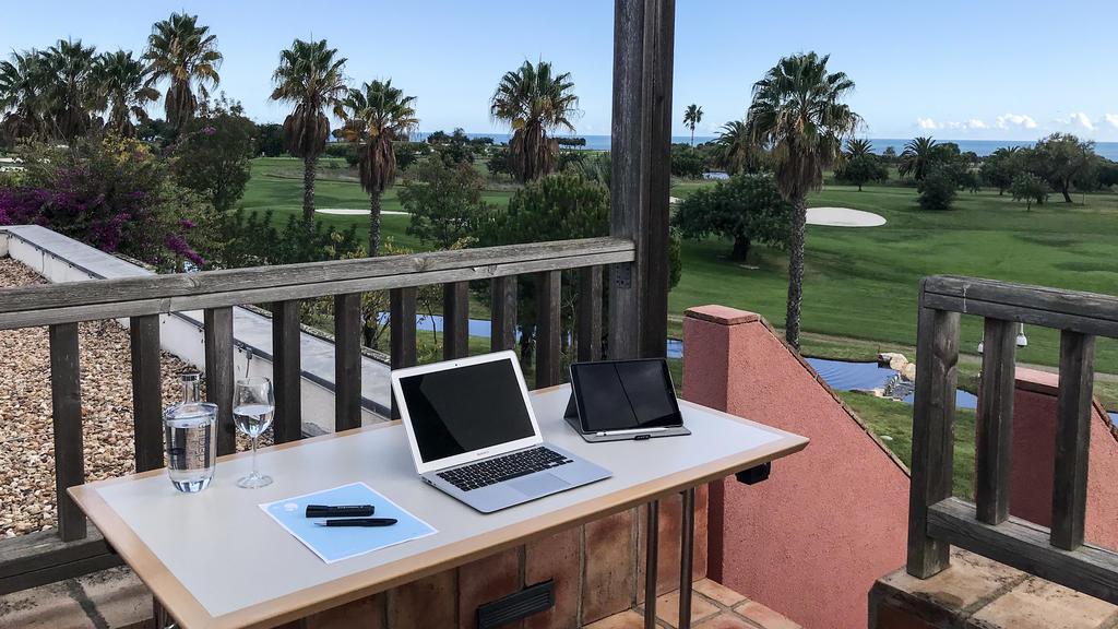 Terrasse mit Tisch und Laptop drauf