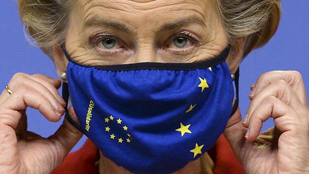 dpatopbilder - 01.10.2020, Belgien, Brüssel: Ursula von der Leyen (CDU), Präsidentin der Europäischen Kommission, mit Mund-Nasen-Schutz gibt im Hauptsitz der Europäischen Kommission eine Presseerklärung ab. Im Brexit-Streit leitet die Europäische Uni