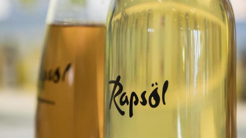 Rapsöl enthält viele gesunde ungesättigte Fettsäuren. Foto: Robert Günther/dpa-tmn