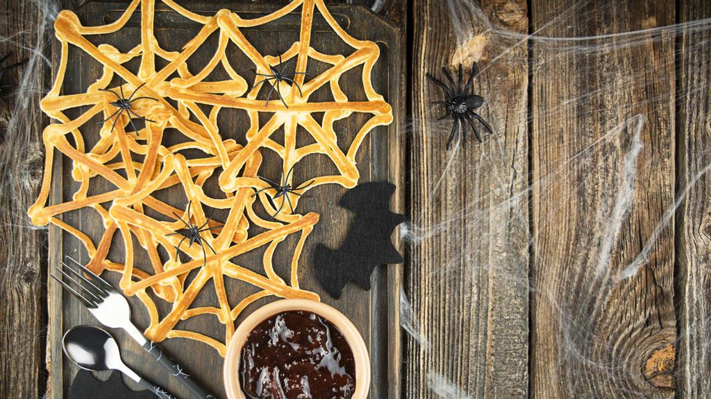 Halloween-Dessertpalatschinken: Spinnennetz mit Marmelade.