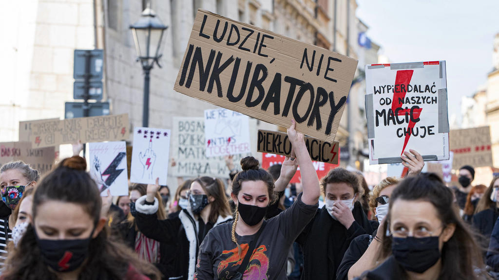 POLAND - WOMEN STRIKE OVER NEAR TOTAL ABORTION BAN Thousands of Polish women went on strike today in Krakow, Poland to protest against the constitutional courts ruling which found abortions due to fetal abnormalities unconstitutional - Krakow, Polan