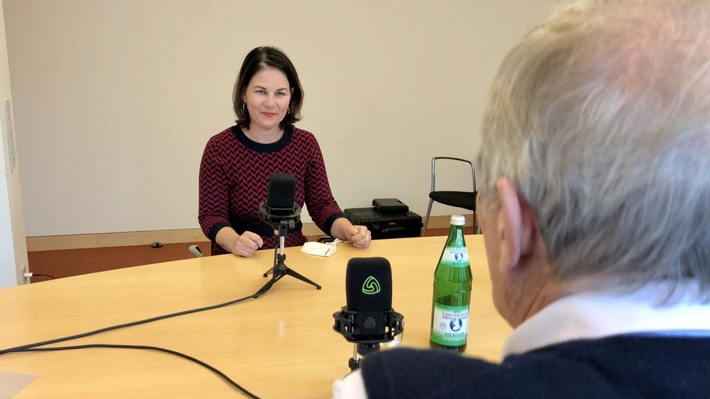 Baerbock bei der Aufnahme des Podcasts.