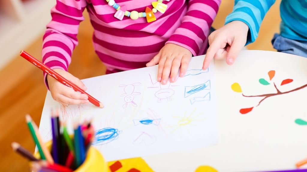 zwei kleine Kinder malen mit Buntstiften two little children drawing with crayons BLWS272249