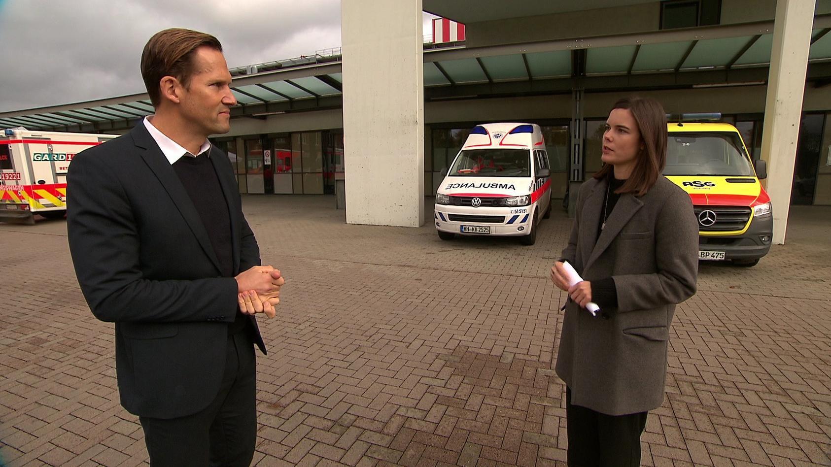 Prof. Herborn vom Asklepios-Klinikum Hamburg und RTL-Reporterin Linda Mürtz im Gespräch