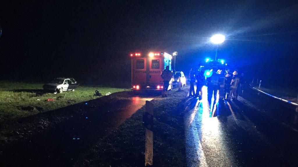 Kempen (NRW): Rettungskräfte an der Unfallstelle, wo ein Auto in Menschengruppe fuhr