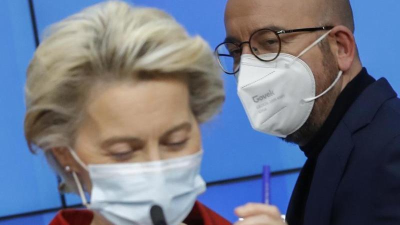 EU-Kommissionspräsidentin Ursula von der Leyen und EU-Ratschef Charles Michel nach dem Gipfel. Foto: Olivier Hoslet/EPA Pool/AP/dpa