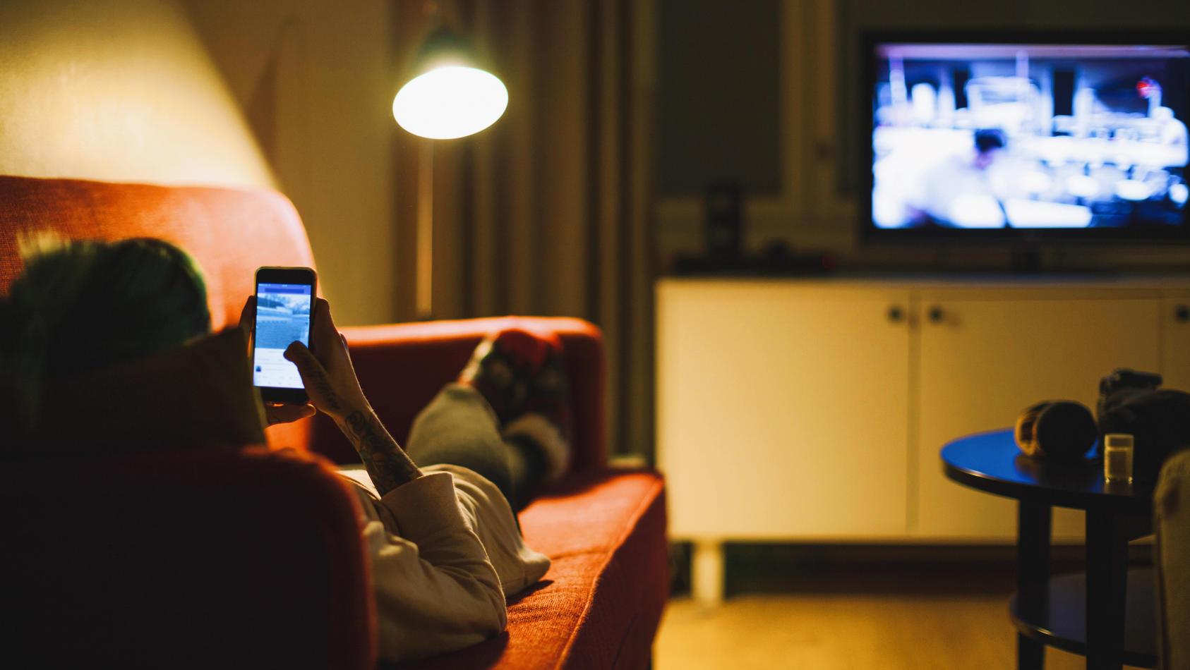 Gleichzeitig mit dem Handy und Fernsehen beschäftigen ist schlecht für's Gehirn - das behaupten zumindest Forscher.