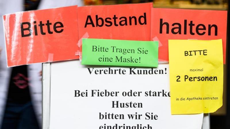 Hinweise zum Corona-Hygienekonzept in einer Mainzer Apotheke. Foto: Andreas Arnold/dpa