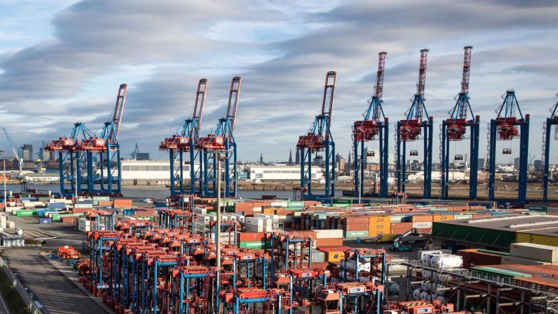 Containerumschlag im Hamburger Hafen. Foto: Christian Charisius/dpa