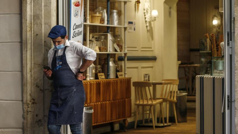 Cafe in Rom: Zumindest für den nächsten Monat gilt in ganz Italien auch imFreien eine Mund-Nasen-Schutz-Pflicht. Foto: Cecilia Fabiano/LaPresse/AP/dpa