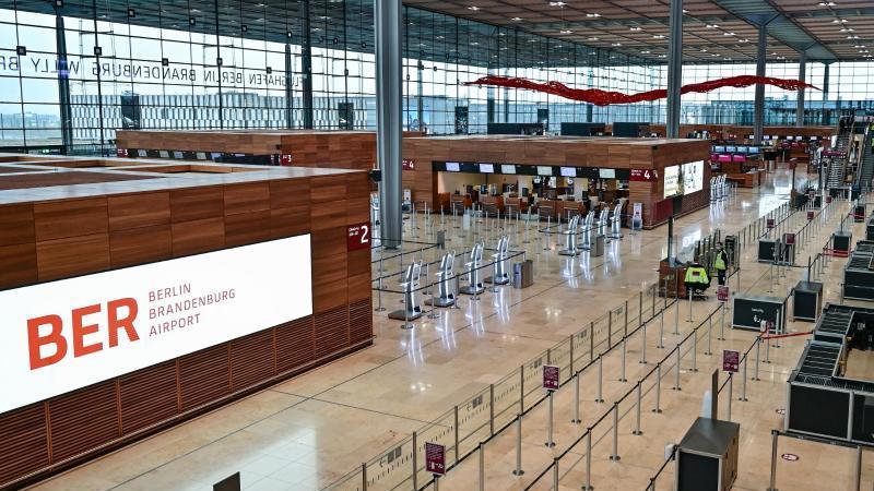 """Menschen gehen durch das Terminal 1 vom Hauptstadtflughafen Berlin Brandenburg """"Willy Brandt"""" (BER). Foto: Patrick Pleul/dpa-Zentralbild/dpa"""