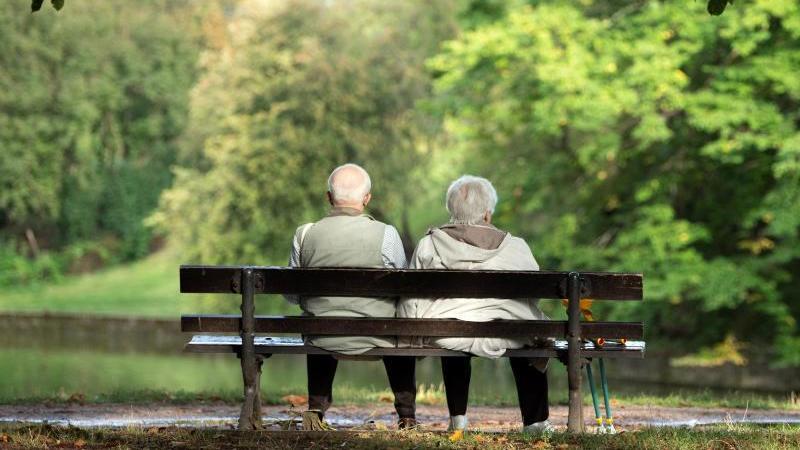 Zwei Senioren sitzen auf einer Bank. Foto: Sebastian Kahnert/dpa-Zentralbild/ZB/Symbolbild