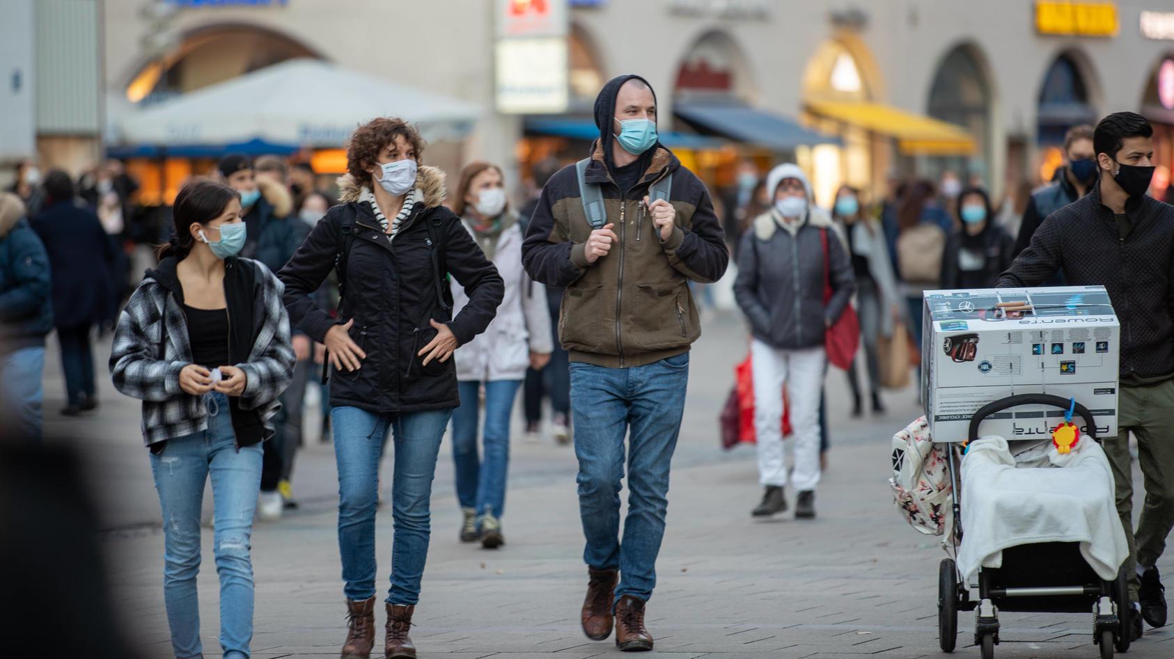 Hohe Neuinfektionen in München, Menschen unterwegs mit Masken am 24. Oktober 2020 in der vollen Fußgängerzone in Münche