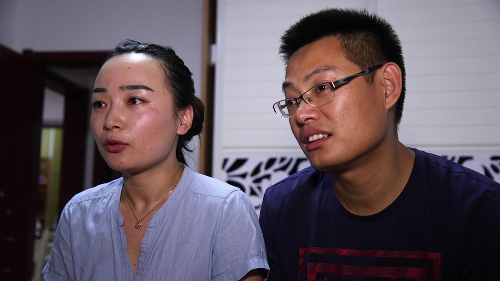 Wang Yin, 35 Jahre alt, steht stellvertretend für viele Mütter in China. Ein zweites Kind zu bekommen, ist für sie unvorstellbar. Um fünf Uhr morgens beginnt ihr Tag und endet nicht vor 22 Uhr. Gleiches gilt für ihren Mann. Beide sind voll berufstäti