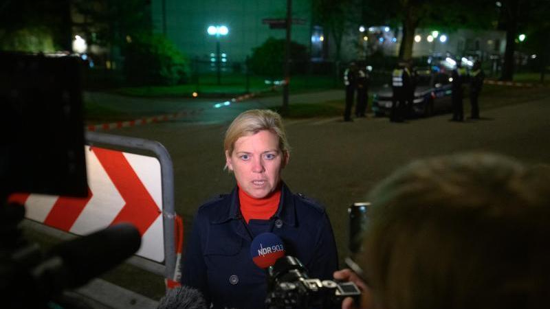 Sandra Levgrün, Pressesprecherin der Polizei Hamburg, gibt ein Interview. Foto: Jonas Walzberg/dpa