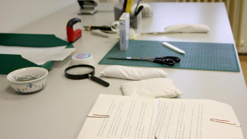 Ein Arbeitsplatz in der Stasi-Unterlagen-Behörde. Foto: Philipp Brandstädter/dpa/Archivbild