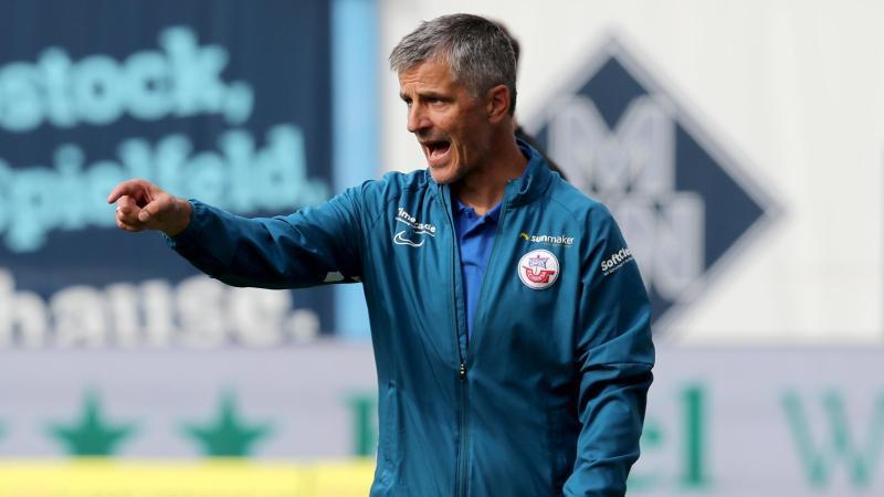 Hansa-Trainer Jens Härtel verfolgt das Spiel. Foto: Bernd Wüstneck/dpa-Zentralbild/ZB