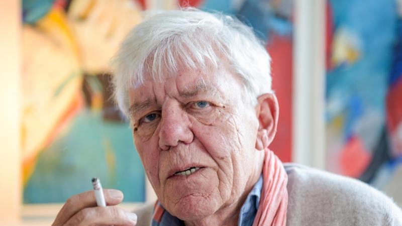 Der Fernseh- und Theaterschauspieler Peter Striebeck hält eine Zigarette in der Hand. Foto: Axel Heimken/dpa/Archivbild