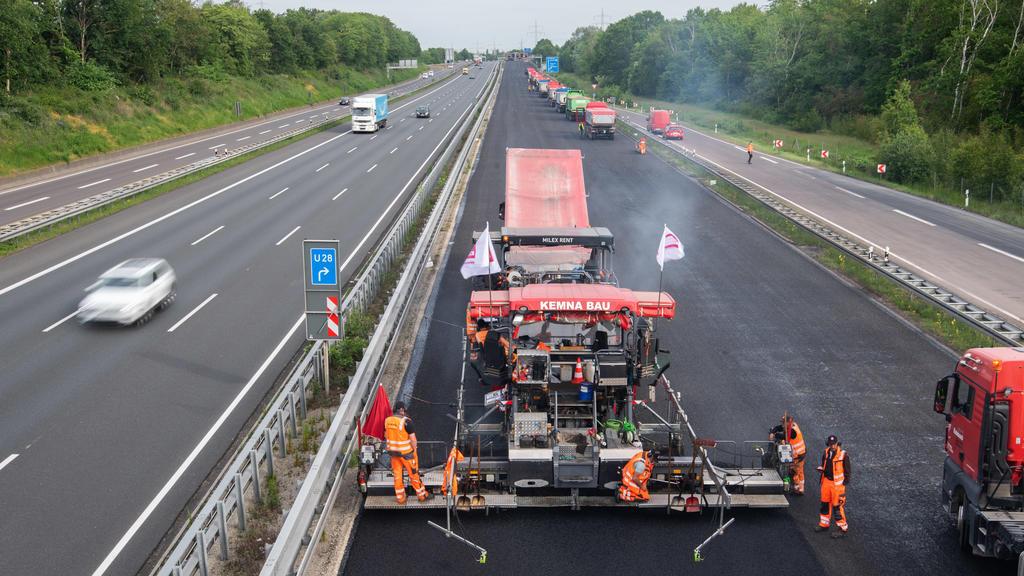 ARCHIV - 22.05.2020, Niedersachsen, Hannover: Bauarbeiter asphaltieren die Autobahn A2. (zu dpa «Zahl der 24-Stunden-Baustellen deutlich gestiegen - Bayern führt») Foto: Julian Stratenschulte/dpa +++ dpa-Bildfunk +++